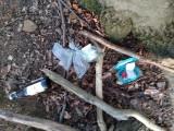 Cache und rumliegender Müll