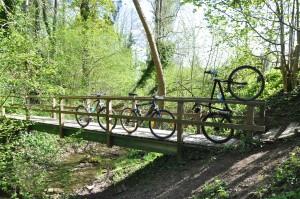 Fahrräder auf einer Brücke beim Geocaching