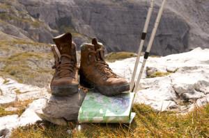 Bergstiefel und Landkarte für eine Geocachingtour