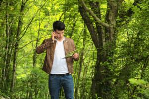Geocacher im Wald benötigt telefonische Unterstützung